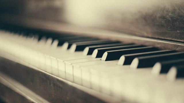 pierwsze lekcje gry na pianinie
